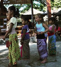 Leni in einer Tanzschule auf Bali
